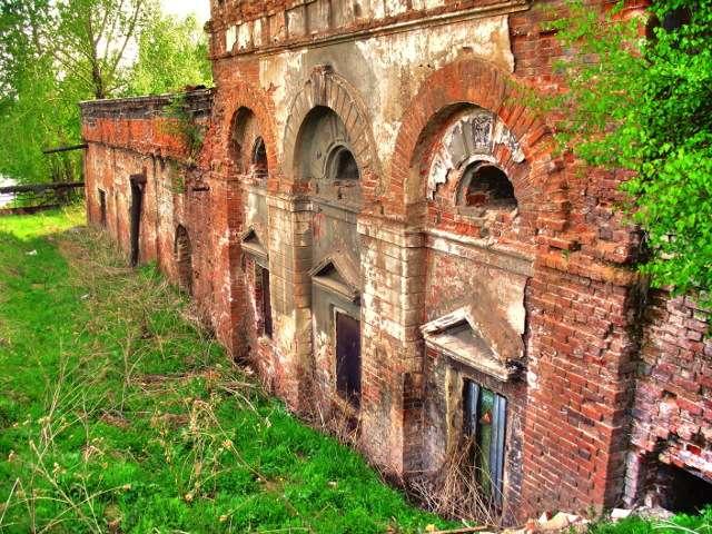 Развалины старого завода фото