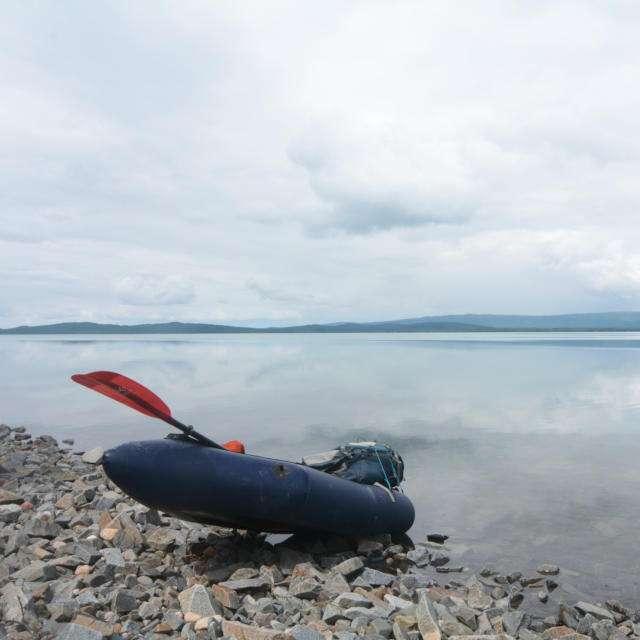 пакрафт на берегу озера